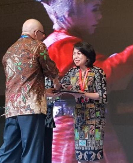 Dr Femmy Suluh MSi, Kepala BKD Provinsi Sulut saat menerima Penghargaan BKN Award 2018