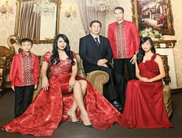 Keluarga inti Pnt Drs Steven OE Kandouw - dr Kartika Devi Tanos MARS bersama anak anak Ernesto,Abigail dan Oswaldo
