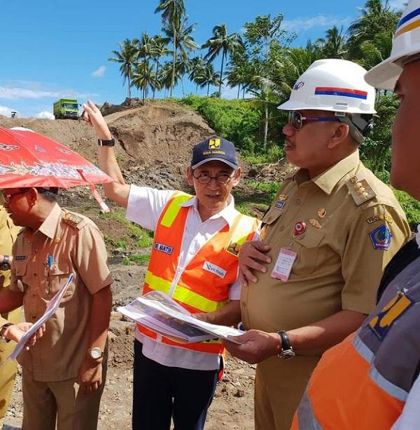 Gubernur Sulut Olly Dondokambey SE sambil memegang Mapping Document terkait pembangunan Tol Manado - Bitung