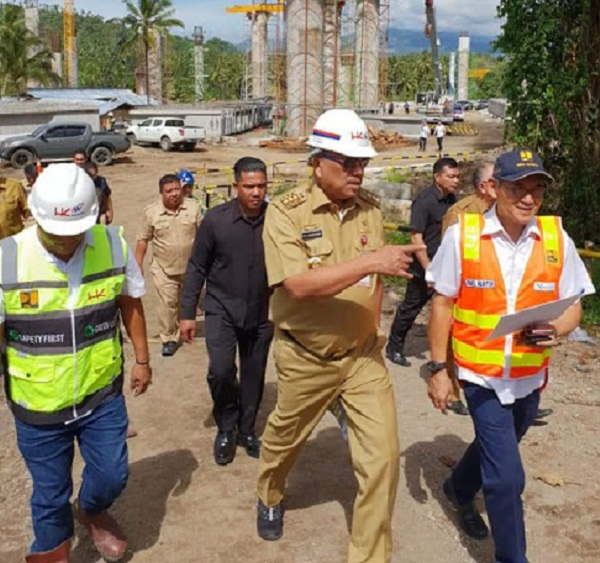 Gubernur Sulut Olly Dondokambey SE didampingi Kepala Pelaksana Jalan dan Jembatan BPJN Wilayah XV Riel Mantik di lokasi pembangunan Jalan Tol Manado - Bitung