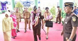 Kunjungan kerja Kajati Sulut M Roskanedi SH di Kejari Bolmut. foto: yoni mallaka