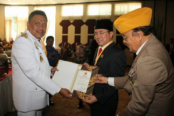 Gubernur Olly DOndokambey SE disaksikan Ketua DPRD Sulut Andrei Angouw saat menyerahkan SK Bantuan kepada Veteran yang tergabung dalam LVRI Sulut kepada pengurus