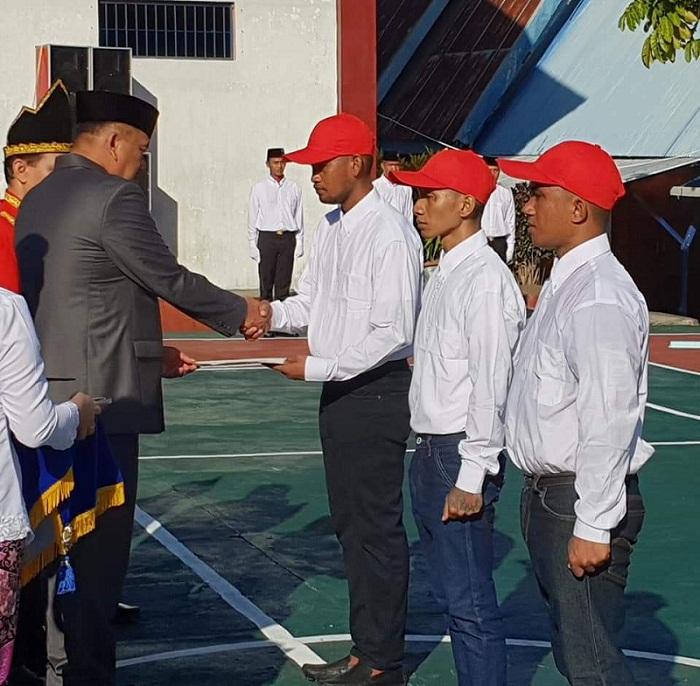 Gubernur Olly DOndokambey SE saat menyerahkan dokumen Remisi Bebas Langsung kepada warga Binaan yang mendapat hadiah istimewa di HUT ke 73 RI
