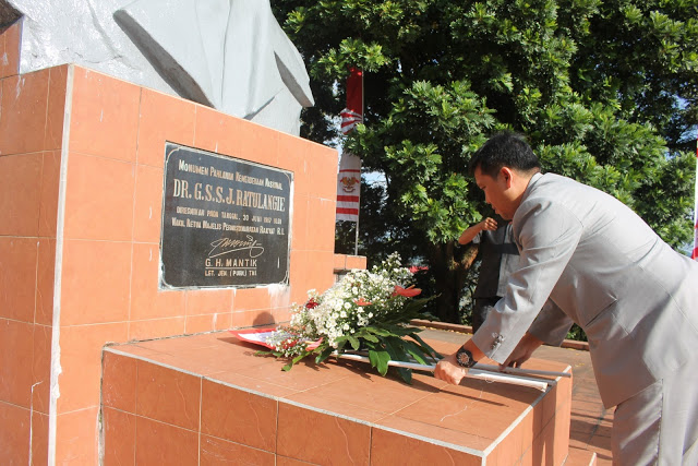 Wagub Kandouw saat meletakkan karangan bunga di atas makam mantan Gubernur DR GSSJ Ratulangi di Tondano Minahasa