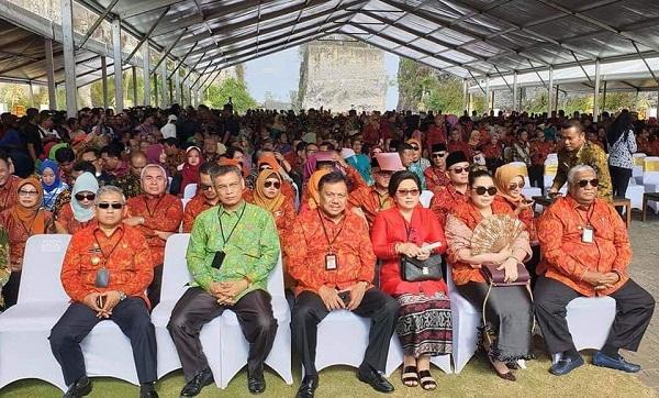 Gubernur Sulut Olly Dondokambey SE bersama Ketua TP PKK Sulut Ny Ir Rita Maya Dondokambey Tamuntuan bersama undangan lainnya pada kegiatan yang dihadiri Preside RI Joko Widodo