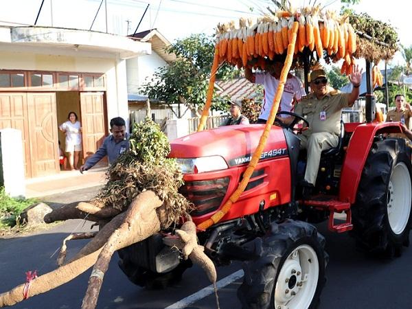 Gubernur Sulut Olly DOndokambey SE saat menyetir Traktor saat Pawai Pembangunan dalam rangka HUT Kabupaten Minahasa