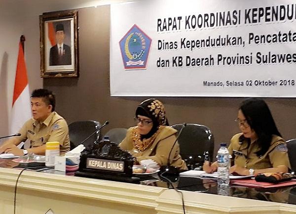 Kepala Dinas Kependudukan dan Catatan Sipil/KB Provinsi Sulut dr Bahagia Mokoagouw (tengah), Sekretaris Dinas (kiri) dan Kabid Kependudukan (kanan)