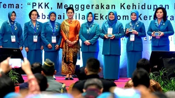 Ibu Negara Iriana Joko Widodo bersama kader PKK yang mendapat penghargaan termasuk Ketua TP PKK Sulut Ny Ir Rita Maya Dondokambey Tamuntuan (paling kanan)
