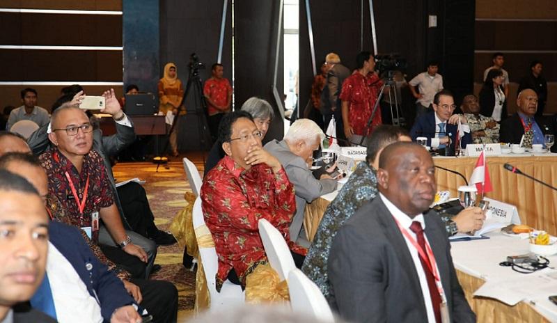 Para peserta Forum Negara Kepulauan terlihat antusias mengikuti pemaparan setiap delegasi negara