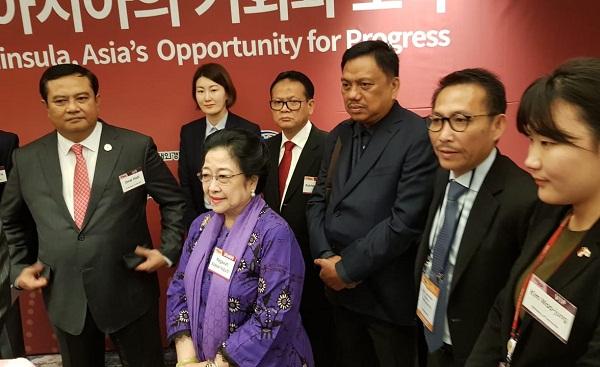 Gubernur Sulut Olly Dondokambey SE saat mendampingi Presiden ke-5 RI Megawati Soekarno Putri di Korea Selatan
