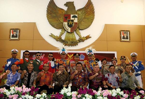 Gubernur Olly DOndokambey SE bersama para pejabat TNI dan para Taruna AL dan AU