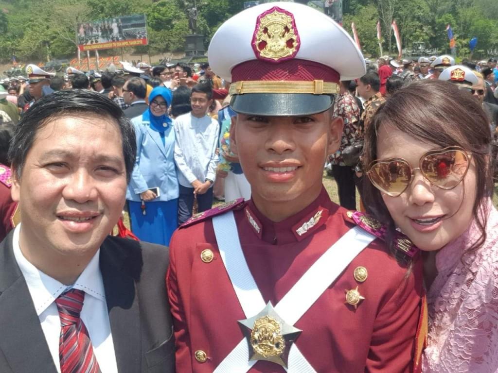 Keluarga Drs Steven OE Kandouw - Tanos bersama sang putra Ernesto Kandouw usai mengikuti Upacara Wisuda Pra