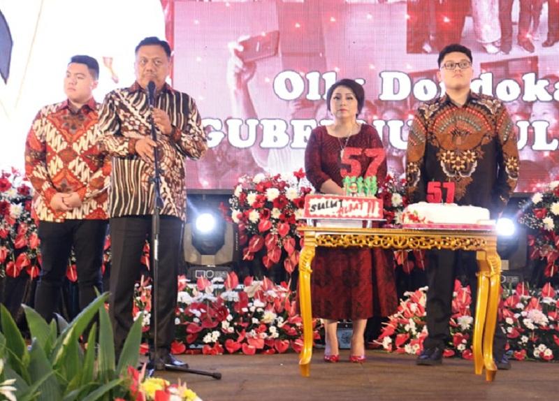 Gubernur Olly Dondokambey SE didampingi Istri Ir Rita Maya Dondokambey Tamuntuan dan anak anak saat didaulat maju ke depan untuk merayakan HUT ke 57