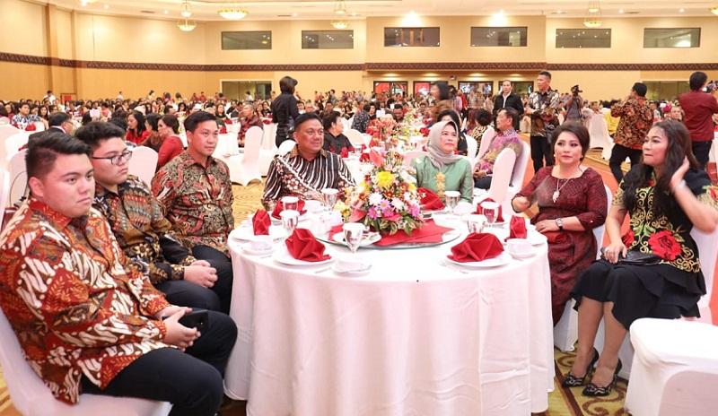 Keluarga Besar Olly Dondokambey SE bersama Wagub Drs Steven OE Kandouw dan istri bersama tamu undangan