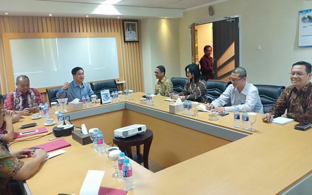 Wagub Drs Steven OE Kandouw didampingi sejumlah pejabat teras Pemprov Sulut saat bertemu pemilik dan manajemen perusahaan pembeli kopra,