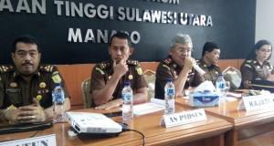 Kajati Sulut M Roskanedi didampingi para Asisten saat memberikan keterangan kepada sejumlah media di Kantor Kejati Sulut, Senin (10/12/2018)