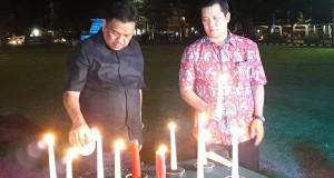 Gubernur Olly Dondokambey SE dan Wagub Drs Steven OE Kandouw saat menyalakan lilin