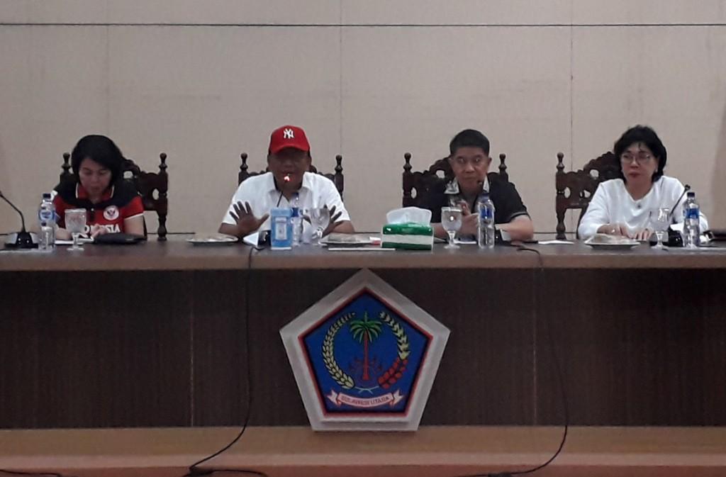 Sekprov Sulut Edwin Silangen SE MS saat memimpin pertemuan dengan para Kepala Sekolah SMAN, SMKN dan Sederajat yang kini menjadi kewenangan Pemprov, Jumat (11/01/2019)