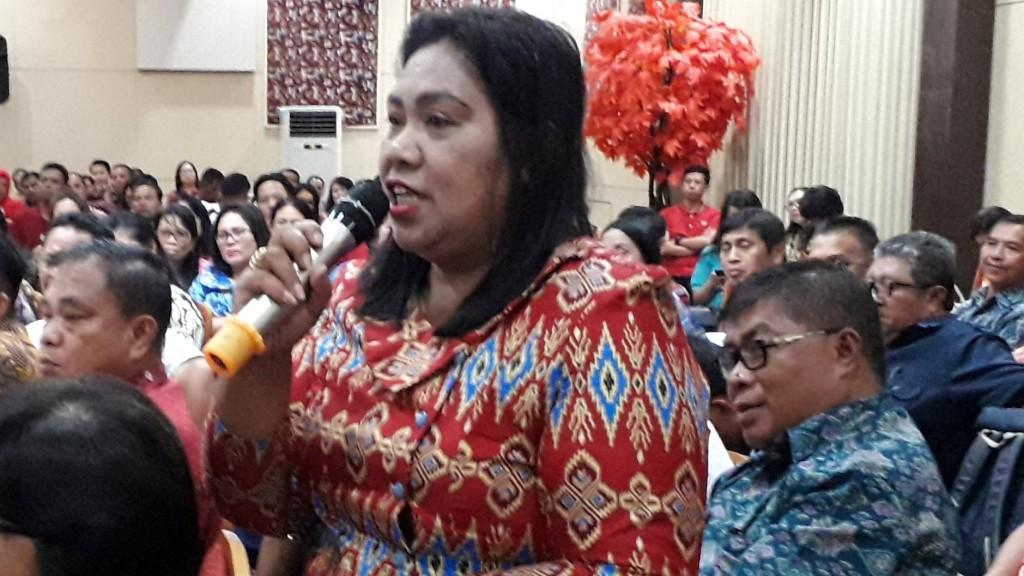 Salah satu Kepsek dari Kabupaten Kepulauan SITARO saat menyampaikan masalah sekolah