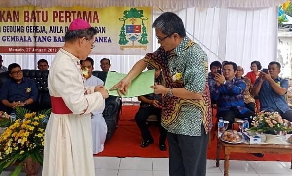 Kepala Kantor ATR/BPN Manado Patrick Ekel menjelaskan sedikit letak/posisi bidang tanah yang terterah pada Sertipikat pada Yang Mulia Uskup Manado Mgr BE Rolly Untu MSC