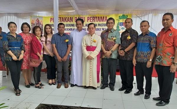 Foto bersama; Uskup Manado Mgr BE Rolly Untu MSC, Pastor Paroki YGB Rike Pst Melky Pantow Pr, Kepala Kantor ATR/BPN Manado Patrick Ekel, Undangan dan Panitia Pembangunan