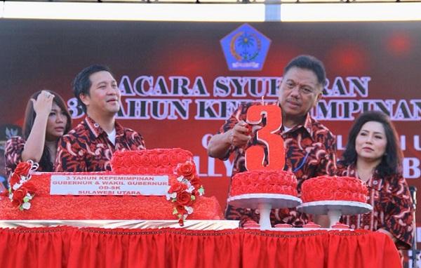 ODSK bersama istri saat memasang lilin di angka 3 sebagai lambang waktu tiga tahun pimpin Sulut
