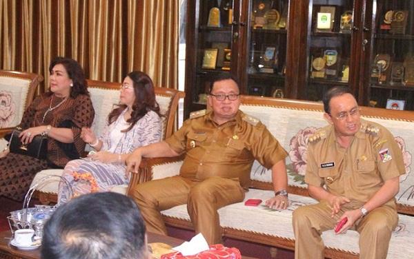 Bupati dan Wakil Bupati Minahasa bersama Ketua TP PKK dan Wakil Ketua TP PKK Kabupaten Minahasa saat berada di ruang tamu Gubernur Sulut.