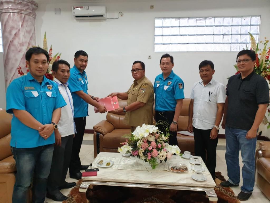 Wakil Bupati Minahasa Robby Dondokambey SSi saat menerima para pengurus DPD KNPI Minahasa, Senin (11/02/2019)