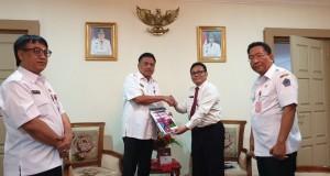 Gubernur Olly Dondokambey SE saat menerima dokumen LHP BPKP Semester II tahun 2018 dari Kepala BPKP Provinsi Sulut, Rabu (13/02/2019)