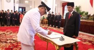 Di hadapan Presiden RI Joko Widodo, Gubernur Pilihan Rakyat Olly Dondokambey SE menandatangani dokumen Kesediaan Dirinya Mengemban Amanah Rakyat Sulut saat pelantikan di Istana Negara tiga tahun silam.