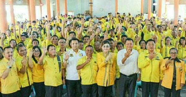 CHRISTIANY EUGENIA TETTY PARUNTU, Ketua DPD Partai Golkar Sulut sekaligus sang motivator dan inspirator Beringin Sulut bersama Kader, Anggota dan simpatisan PG Minahasa Tenggara, Sabtu (16/02/2019)