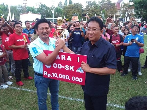 Sekprov Sulut Edwin Silangen SE MS menyerahkan Piala dan Uang Tunai pada pemenang Juara I PNS Futsal kepada Sekda Kota Bitung Dr Audy Pangemanan, Jumat (22/03/2019)