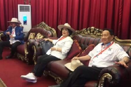 EE Mangindaan bersama Istri, politikus Partai Demokrat dan mantan Gubernur Sulawesi Utara saat menjemput Capres Prabowo Subianto di VVIP Pemda Sulut Bandara internasional Sam Ratulangi Manado