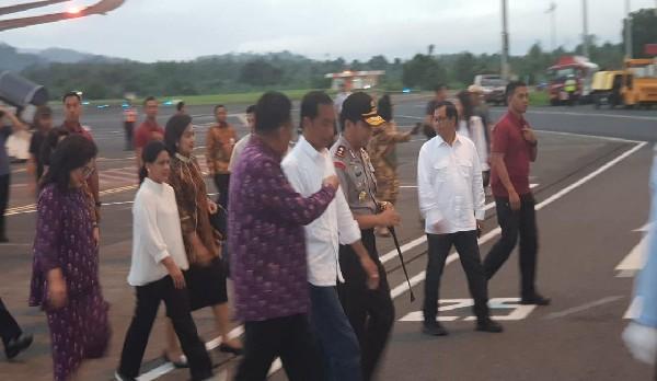Presiden RI Joko Widodo dan Ibu Negara Iriani Widodo dijemput Gubernur Olly Dondokambey SE dan Forkopimda Provinsi Sulut di Bandara internasional Sam Ratulangi Manado, Minggu (31/03/2019)