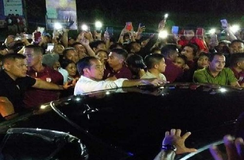Presiden Jokowi rela turun menyapa ribuan warga Manado yang antusias memenuhi jalan dari Bandara sampai di lokasi acara