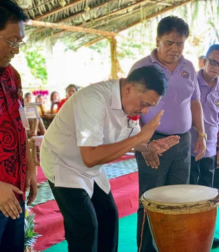 Gubernur Olly Dondokambey SE didampingi Sekdaprov Edwin Silangen dan Bupati Kepulauan Sangihe Jabes Gaghana dan Wabup saat menabuh Tagonggong di acara Adat Budaya Sangihe