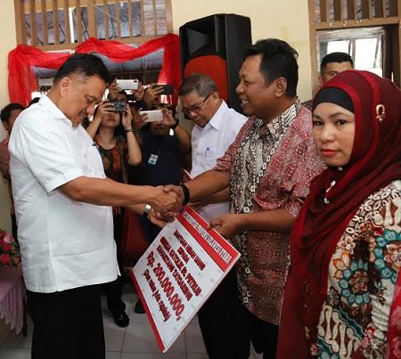 Gubernur Olly Dondokambey SE saat menyerahkan bantuan bagi pembangunan rumah ibadah di sejumlah tempat di Kabupaten Kepulauan Sangihe