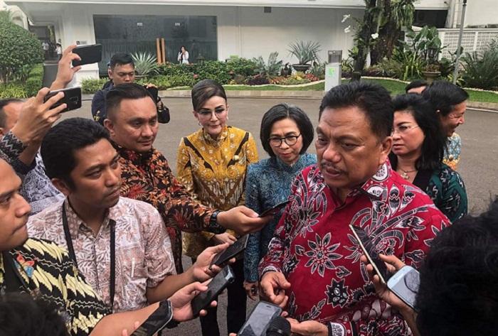 Gubernur Olly DOndokambey SE didampingi Bupati dan Walikota saat memberi keterangan kepada sejumlah wartawan di halaman Istana Presiden