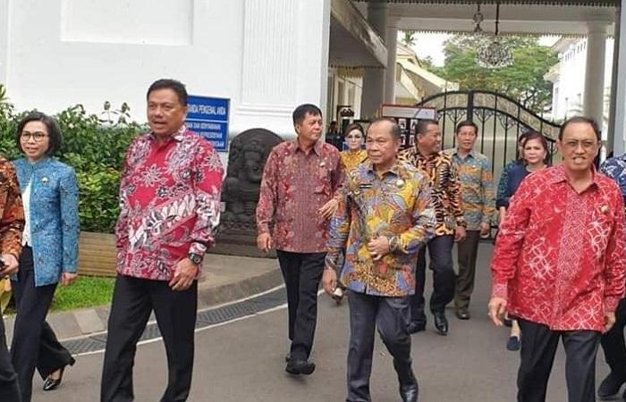 Gubernur Olly Dondokambey SE bersama para Bupati dan Walikota saat memasuki Istana Kepresidenan untuk menemui Presiden Joko Widodo, Senin (22/04/2019)