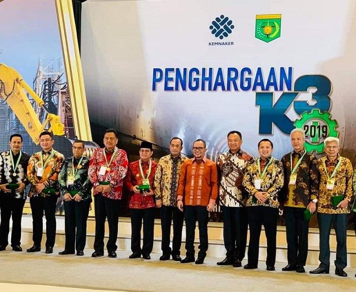 Gubernur Olly Dondokambey SE dan para Gubernur penerima Penghargaan bersama Menteri Tenaga Kerja Hanif Dhakiri setelah penganugerahan