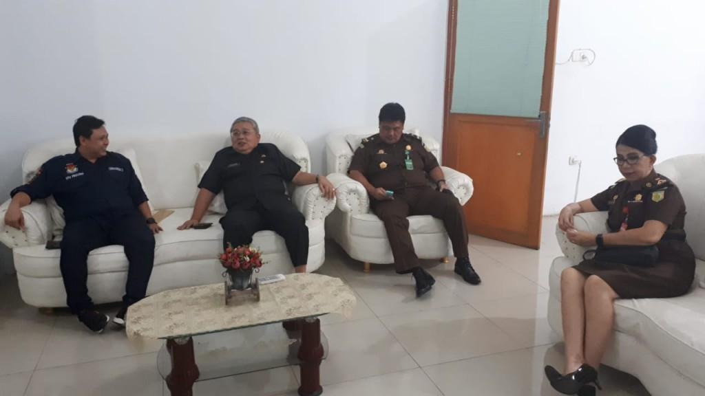 Ketua KPU Sulut Dr Ardiles Mewoh saat menyambut Kajati Sulut M. Roskanedi SH dan rombongan, Selasa (16/04/2019)