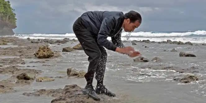Presiden Joko Widodo saat membasuh wajah di Tanjung Pulau Miangas yang menghadap ke Filipina