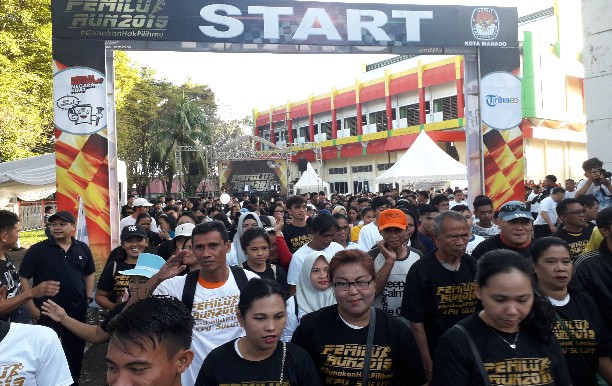 Peserta Pemilu Run 2019 saat dilepas dari halaman KONI Dario Manado, Sabtu (06/04/2019)