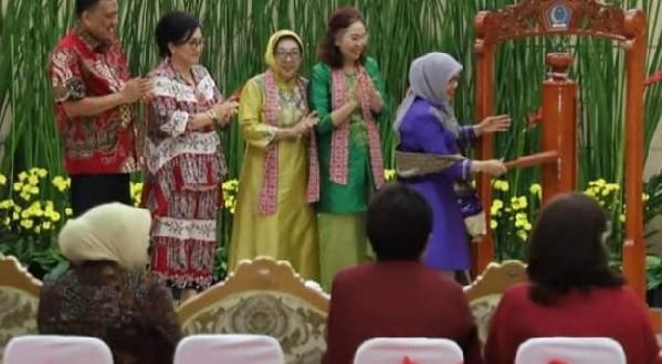 Ketua Umum Dekranas RI Ibu Mufidah Jusuf Kalla saat membuka Rakerda Dekranasda Sulut dengan memukul Tetengkoren di Graha