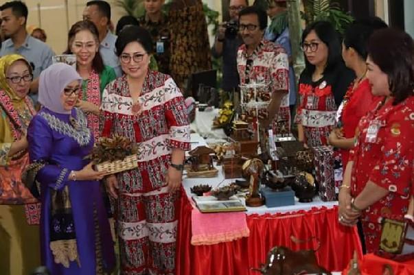 Ketua Dekranasda Ir Rita Maya Dondokambey-Tamuntuan saat ajak Menteri