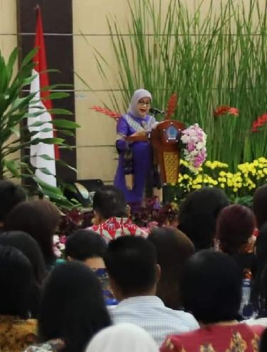 Ketua Umum Dekranas RI Ibu Mufidah Jusuf Kalla saat membawakan sambutan di Rakerda Dekranasda Sulut
