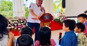 Gubernur Olly Dondokambey SE terlihat ceria dan gembira saat rayakan Paskah dengan Anak-anak Sekolah Minggu.