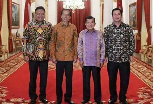 Presiden Joko Widodo dan Wapres M Jusuf Kalla bersama Gubernur Olly Dondokambey SE dan Wagub Drs Steven OE Kandouw di Istana Negara