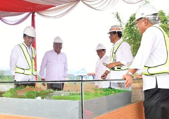 Presiden Joko Widodo saat melihat masterplant pembangunan Waduk Kuwil