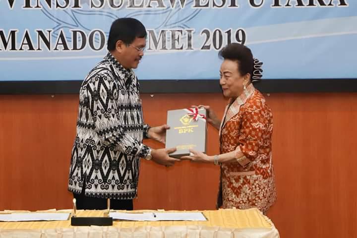 Penyerahan dokumen LKPD Pemkab Minsel kepada Ketua DPRD Kabupaten Minsel Jenny Johana Tumbuan SE oleh Kepala BPK RI Perwakilan Sulut